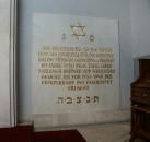 Gedenktafel in der Kapelle im Neuen Jüdischen Friedhof in Dresden. Exkursion des Hoyerswerdaer Kunstvereins im Jahr 2005 mit Nora Goldenbogen.