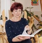 Angela Potowski liest am Tag des offenen Hofes auf der Kinder- und Jugendfarm Hoyerswerda