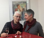 Britta Kayser, links, im Gespräch unter Malerinnen, mit Barbara Seidl-Lampa