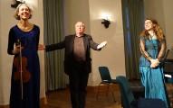 """Jan Cyž vertonte das Gedicht """"Das Rot des Pfirsichs"""" von Jurij Wuschansky. Links Elise Elvers, rechts Heidemarie Wiesner."""