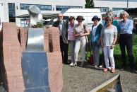 Rosen für die Dichter am Brigitte-Reimann-Denkzeichen im Zentralpark Hoyerswerda
