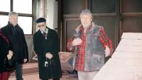 Thomas Reimann erläutert Martin Schmidt und Reinhard Dietrich die Arbeitsprozesse. Foto: Kunstverein