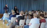 """Alida Bremer und Mirko Schwanitz diskutieren mit Schülern des Lessing-Gymnasiums Hoyerswerda über Szenen des Romans """"Olivas Garten"""""""