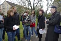 Die Schüler mit Angela Potowski und Martin Schmidt zum Reimann-Spaziergang.