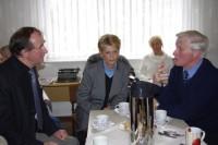 Der Architekt Jens Ebert, der die Lausitzhalle erbaute, ist in der Begegnungsstätte mit seiner Frau und dem ehemaligen Hoyerswerdaer Oberbürgermeister Horst-Dieter Brähmig im Gespräch.