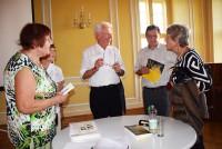 Dr. Horst Böttge (Mitte) im Gespräch mit den Zuhörern der Lesung