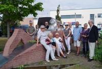 Am Denkzeichen für Brigitte Reimann im Zentralpark von Hoyerswerda am Tag, an dem die Dichter der Stadt Hoyerswerda mit einer Rose geehrt werden. 2018
