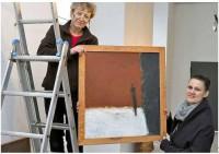 Maria Mark (l.) hängt mit Kirstin Zinke ein Bild Lampas auf.