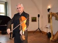 Malte Hübner mit der Großen sorbischen Geige