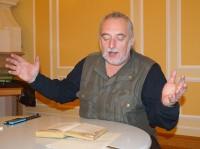"""Uwe Jordan liest beim Hoyerswerdaer Kunstverein Geschichten aus dem Erzählband """"Wunderweise Nacht""""."""