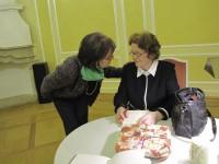 Irmgard Weinhofen, rechts, nach ihrem Vortrag im schloss Hoyerswerda