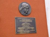 Die Plakette am ehemaligen Wohnhaus von Britte Reimann und Siegfried Pitschmann eignet sich auch zum Ertasten für Sehbehinderte.