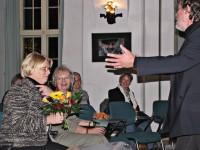 Thomas Reimann bedankt sich bei Margitta Faßl für die Bereitschaft, in Hoyerswerda Park- und Kunstlandschaft zu erhalten und neu zu gestalten.
