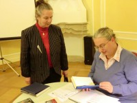 Waltraud Skoddow (links) nach einer Lesung von Gundula Sell beim Hoyerswerdaer Kunstverein