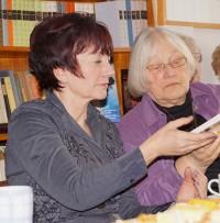 Angela Potowski, Bildmitte, und Helene Schmid,t rechts, lesen Texte von Brigitte Reimann in der Begegnungsstätte.