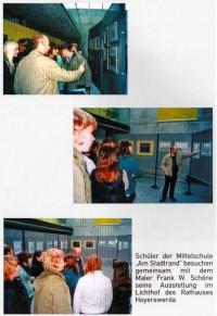 Die Schüler in der Ausstellung mit Frank Schöne