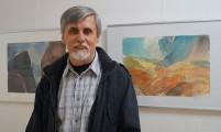Der Künstler Bernd Gork hält die Laudatio zur Ausstellungseröffnung.