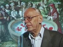 """Ausschnitt aus dem Film """"Der Maler Werner Tübke"""" von Bernd Caesar Langnickel.Werner Tübke vor dem Panoramabild in Bad Frankenhausen, vor dem Brunnen der Fruchtbarkeit und Unsterblichkeit."""