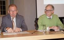 Volkmar Herold und Christian Friedrich (v.l.) berichten von ihren Forschungen zu Hermann Fürst Pückler beim Hoyerswerdaer Kunstverein
