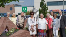Eine Rose für die Dichter am Brigitte -Reimann - Denkzeichen im Zentralpark Hoyerswerda