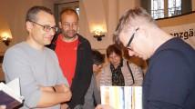 """Jaroslav Rudiš (rechts) signiert sein Buch """"Winterbergs letzte Reise"""" beim Hoyerswerdaer Kunstverein"""