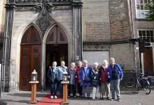 Freundeskreis Hoyerswerda-Rotterdam vor der Broederenkerk in Deventer. An der Kirche befindet sich ein Gedenktafel für Geert Groote.