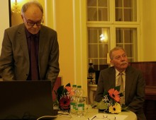 Christian Friedrich und Volkmar Herold, von links, lesen beim Hoyerswerdaer Kunstverein, 2018.