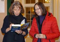 Olga Martynova (links) signiert ihr Buch für die Dichterin aus unserer Region: Róža Domašcyna