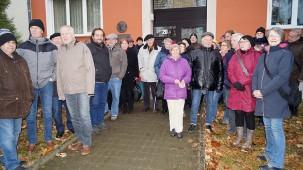 Die Besuchergruppe an der Liselotte-Herrmann-Straße in Hoyerswerda