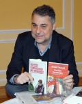 """Alek Popov mit seinem Roman """"Schneeweißchen und Partisanenrot"""", der im Bulgarischen den Titel """"Zwei Schwestern"""" führt."""