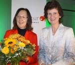 Róža Domašcyna erhielt 2018 den Sächsischen Literaturpreis, überreicht von der damaligen Ministerin für Wissenschaft und Kunst, Eva-Maria Stange.