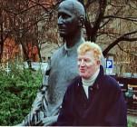 Peter Bause in dem Dokumentarfilm von Bernd Caesar Langnickel, vor dem Berliner Ensemble mit Brecht-Denkmal