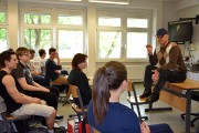 Catalin Dorian Florescu vor Schülern am Foucault-Gymnasium