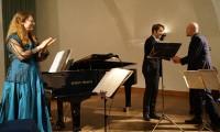 """Ulrich Pogoda dankt den Musikern für die Uraufführung seiner Komposition """"Die Tage"""" nach einem Gedicht von Gertrud Kolmar."""