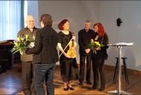 Das Publikum bedankt sich mit Applaus und Blumen bei den Künstlern