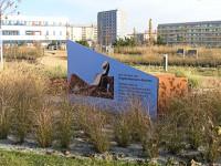 Werbetafel für Reimann-Denkzeichen mit Blick zum Zuse-Tower