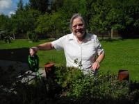 Barbara Kegel bei der Pflege des Gartens