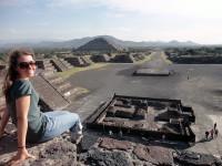 Blick von der Mondpyramide auf die Sonnenpyramide in Teotihuacan in Mexiko, Tempel der Azteken