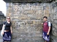 Kira und Leo besuchten unzählige Tempel in Südostasien und Lateinamerika, hier am Tempel Borobudur in Indonesien. Die Besucher müssen sich mit Tüchern bedecken.