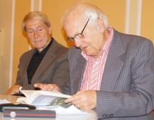 """Hartmut Zwahr, rechts, liest aus seinem Lausitzroman Abschiednehmen"""". Begleitet wird er von Lutz Heydick, Gründer des Sax-Verlages."""