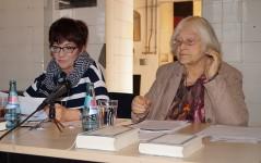 Helene Schmidt (rechts) und Angela Potowski lesen Texte von Theodor Fontane. 2019 Energiefabrik Knapenrode